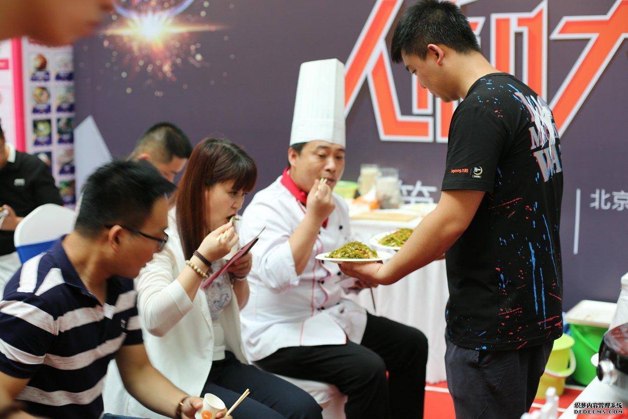"""厨艺版""""人机大战"""" 九阳炒菜机器人完胜大厨"""