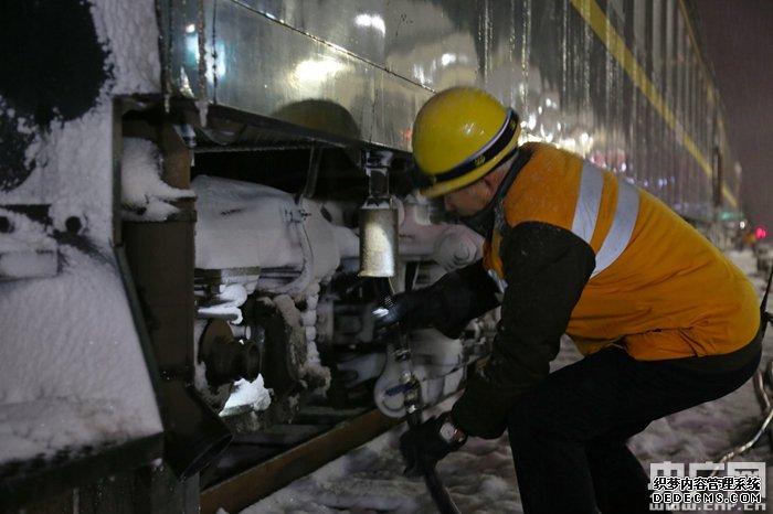 【新春走基层】烈焰传奇网页sf河南:雪夜里的火车职工